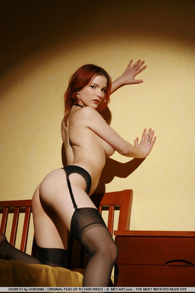 Рыжая голая девушка Юля на желтой кровате