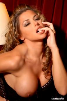 Гламурная девушка с большими голыми сиськами