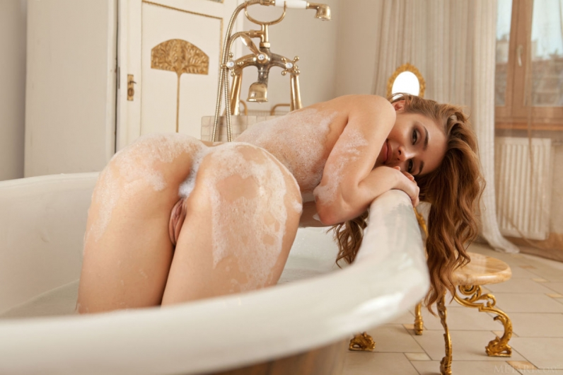 Эротика в ванне пене