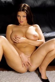 Пышная голая девушка с большими сиськами
