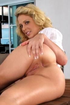 Зрелая голая женщина с сочной попкой (12 фото)