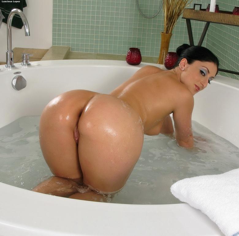 страстная леди, фото голой латинки в ванной старается скрыть пизду
