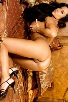 Сексуальные трусики грудастой модели в постели