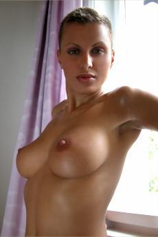 Veronika Vanoza с короткой стрижкой и пухлыми сиськами