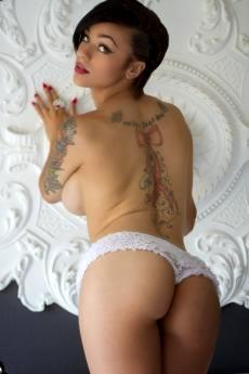 Эротичная негритянка со смазливой мордахой и татуировками