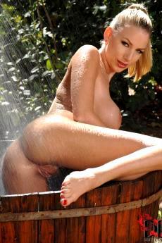 Danielle Maye голышом принимает душ на природе
