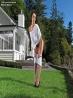 Длинные ноги в джинсовых шортиках на траве, фото 2