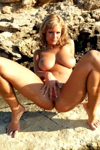 Испачканные песком знойные щелки