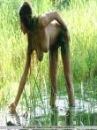 Обнаженная телочка в озере, фото 14