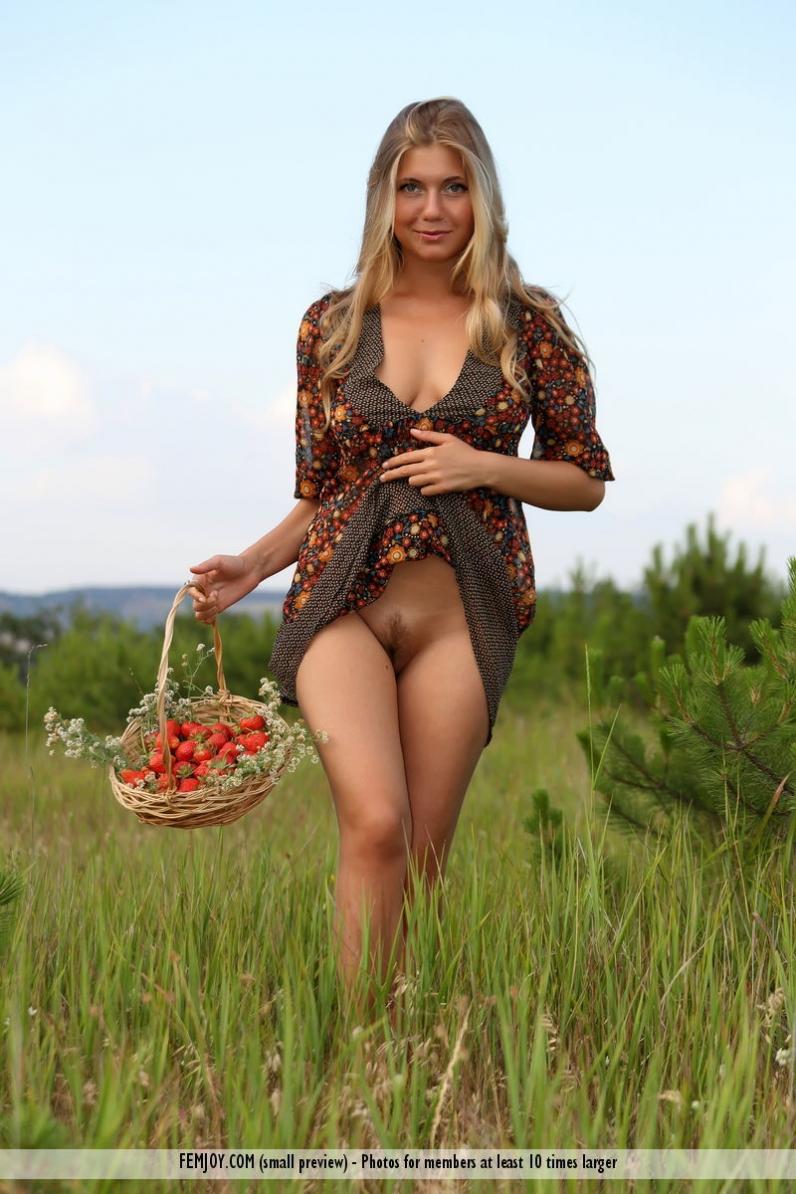 Фото девушка с клубникой в пизде 18 фотография