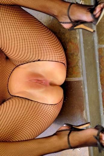 Активная киса в сексуальной униформе сеточка