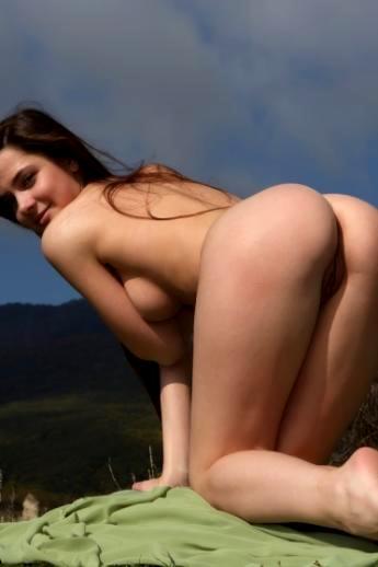 Частная эротика на на зеленом холме