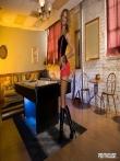 Худенькая негритянка с длинными ногами в чулках засвечивает свой узкий зад, фото 1