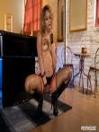 Худенькая негритянка с длинными ногами в чулках засвечивает свой узкий зад, фото 2