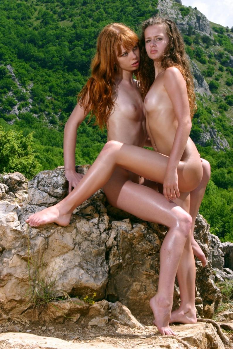 Кудрявые девки на живописном месте щеголяют голыми прелестями облитыми маслом