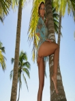 Загорелая голая писька смазливой брюнетки на отдыхе под пальмой, фото 2