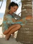 Загорелая голая писька смазливой брюнетки на отдыхе под пальмой, фото 3