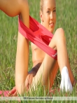 Гибкая девушка Анджела на природе сняла трусы с маленькой попы, фото 1