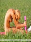 Гибкая девушка Анджела на природе сняла трусы с маленькой попы, фото 4