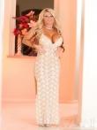 Длинное платье легко скользит с пышных форм красивой блонды с блошими доками и задницей, фото 2