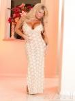 Длинное платье легко скользит с пышных форм красивой блонды с блошими доками и задницей, фото 3