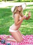 Шляпка на девушка с аппетиными сиськами. Эротичный пикник с гламурной дамой и ее длинными ножками, фото 10