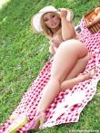 Шляпка на девушка с аппетиными сиськами. Эротичный пикник с гламурной дамой и ее длинными ножками, фото 12