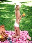 Шляпка на девушка с аппетиными сиськами. Эротичный пикник с гламурной дамой и ее длинными ножками, фото 3