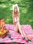 Шляпка на девушка с аппетиными сиськами. Эротичный пикник с гламурной дамой и ее длинными ножками, фото 4