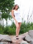 Девушка с косичкой на валунах щеголяет невероятными голыми буферами, фото 1