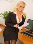Очкастая секретарша. Стриптиз с сочными бамперами в офисе., фото 1