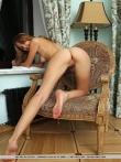 Кудрявая снимает трусы и щеголяет голой писей и длинными ножками, фото 7
