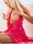 Смазливая дама на каблуках в легком платье на голое тело, фото 10