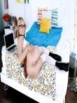 Очкастая в чулках красуется сочной попкой под короткой юбкой, фото 15