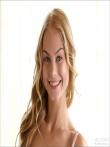 Прелестная девушка с улыбающимся лицом и голой писей под ажурными трусами (12 фото), фото 1