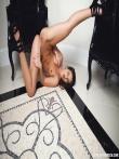 Худая девка задирает прямые длинные ноги с кожаными сапогами, фото 17