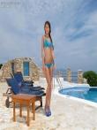 Загорелый зад Alexis Brill на длинных ножках крупным планом щеголяет у бассейна, фото 1