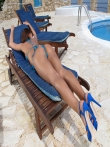 Загорелый зад Alexis Brill на длинных ножках крупным планом щеголяет у бассейна, фото 3