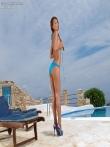 Загорелый зад Alexis Brill на длинных ножках крупным планом щеголяет у бассейна, фото 5
