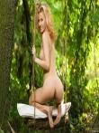 Худая на качелях в лесу блещет маленькой задницей, фото 12