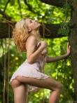 Худая на качелях в лесу блещет маленькой задницей, фото 8