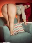Пышная рыженькая девушка в очках у себя дома оголила большую круглую попку рачком на диванчике, фото 5