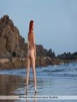 Рыжая Ariel голышом в море, фото 2