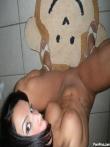 Счастливая домохозяйка увлеченно раздевается до гола в ванной комнате, фото 4