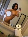 Счастливая домохозяйка увлеченно раздевается до гола в ванной комнате, фото 5