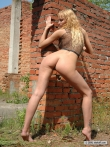 Любительская романтика в заброшенном доме с крутыми титьками под сеткой интимного топа блондинки с косичками, фото 13