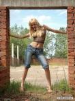 Любительская романтика в заброшенном доме с крутыми титьками под сеткой интимного топа блондинки с косичками, фото 5