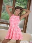 Худая задирает короткое розовое платье и оттянув трусы крупным планом показывает сладкую писю, фото 1