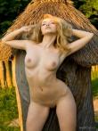 Летняя эротика стройной блонды с растрепанными волосами на зеленой травке в деревне, фото 14