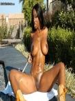 Голая негритянка в невероятной мокрой задницей облитой из шланга, фото 14